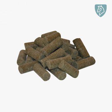 Nordic Mineral Sticks er et fuldt dækkende vitamin og mineral tilskud tilsat tang, islandsk mos, ølgær, urter og hørfrø med et højt indhold af sunde fedtsyrer, der understøtter hestens immunforsvar og modstandsdygtighed. Nordic Mineral Sticks har en lav daglig tildeling, er presset i cobs og nemme at udfodre.